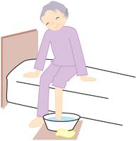 足を温める高齢の女性