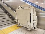 駅の車いす用階段昇降機