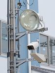 防犯カメラと投光器
