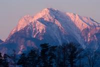 朝日に染まる山