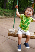 ブランコで遊ぶ幼児