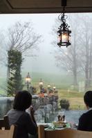 霧にけむる奥志賀高原をホテルの一室より望む