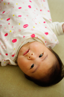 びっくり顔の赤ちゃん