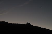 夜明け前の神社と三日月