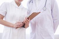 相談する医者と看護士