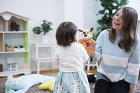 部屋で遊ぶ親子