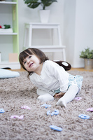 部屋で遊ぶ女の子