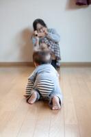 ハイハイする後ろ姿の男の子の赤ちゃん
