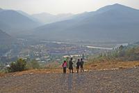 プナカゾンと通学途中の小学生