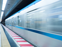 発車する地下鉄線