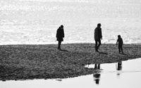砂浜の家族連れ