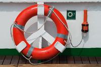 甲板の上の救命ブイ