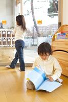 絵本を読む保育園児