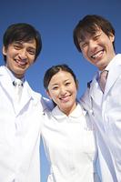 肩を組んで微笑む医師と女医