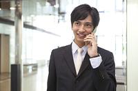 笑顔で電話するビジネスマン