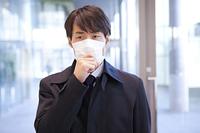 マスクをしたビジネスマン