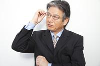 眼鏡を上げるビジネスマン