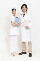 カルテを持って微笑む医師と看護師