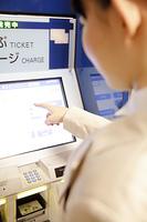 券売機を操作する女性