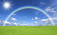草原の赤い屋根の家と雲と虹