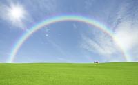 草原の赤い屋根の家と雲と太陽と虹