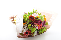 白バックに春の花のブーケ