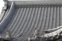 屋根瓦にのっている留蓋