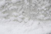 雪が降り積もった板