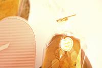 ハートのギフトボックスと手作りカップケーキ