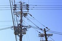 複雑な電線と電柱