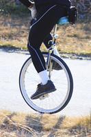 一輪車に乗る男性