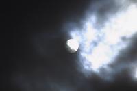 雲間から出る太陽