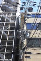 街角の傾いた電柱
