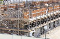 建築工事現場の鉄筋とコンパネ