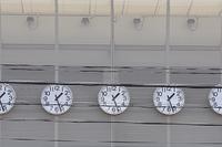 建物の外壁に並んだ掛け時計