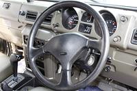 ジープの運転席