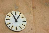 錆びて動かなくなった掛け時計