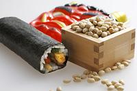 鬼の面と升に入った豆と巻寿司