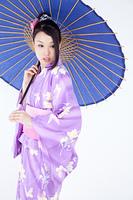 和傘を持っている浴衣姿の女性