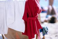 浜辺の椅子に掛けられたタオルとバスローブ