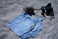 浜辺のTシャツに残された背中の形と靴