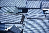屋根瓦の重なる金沢の民家俯瞰アップ