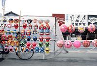 子供向けのお面と大きなボールが並ぶ風景