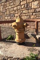 黄色く塗られた消火栓