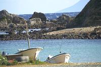 爪木崎の綺麗な入り江と漁船