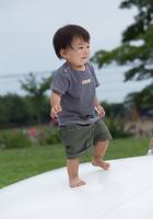 トランポリンで遊ぶ男の子