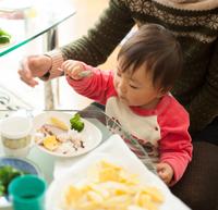 食事中の2歳の男の子