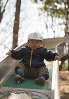 滑り台を楽しむ少年