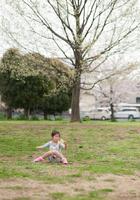 公園で休日を楽しむ少女