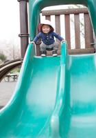 滑り台を楽しむ男の子
